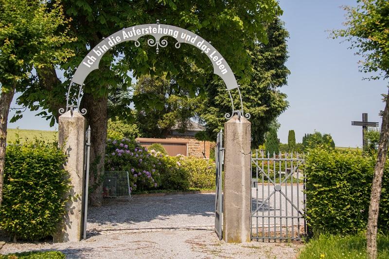 Friedhof Düssel Torbogen Auferstehung und Leben