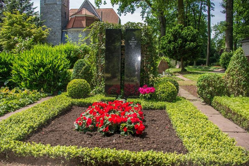 Friedhof Hochdahl Grab mit Stiefmütterchen rot